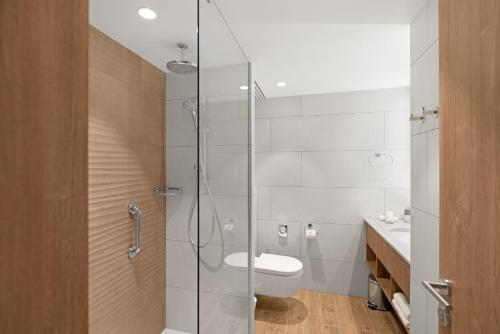 A bathroom at Hilton Garden Inn Vilnius City Centre