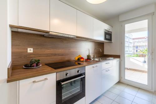 A kitchen or kitchenette at Pharo-Grand T3 proche du Vieux Port