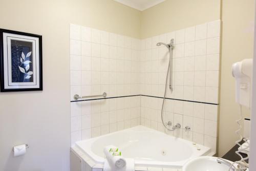 A bathroom at Barkly Motorlodge