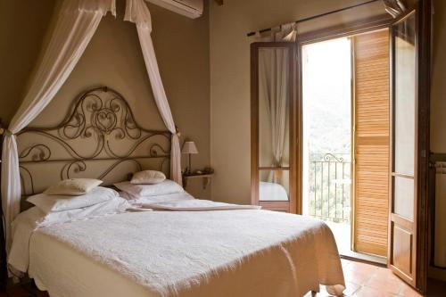 A bed or beds in a room at Apricus Locanda