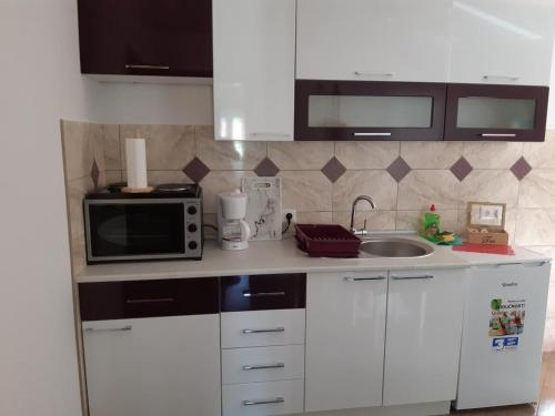 A kitchen or kitchenette at Apartments and rooms with parking space Vranovaca, Plitvice - 17461