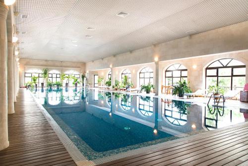 Бассейн в Спа отель «Шато Спас»  или поблизости