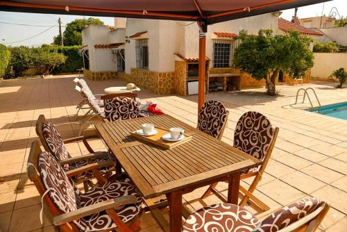 A restaurant or other place to eat at Arenales Great Home with AC, Pool and Barbecue