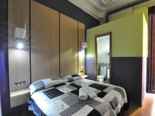 Cama ou camas em um quarto em Hostal BARCELONA GOTIC 'guesthouse'