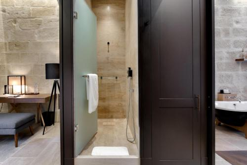 A bathroom at Boutique Hôtel des Remparts & Spa