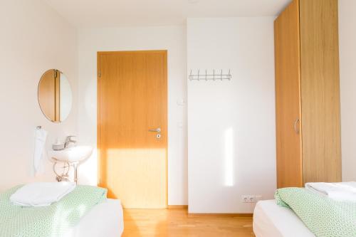 A bed or beds in a room at Kvöldstjarnan Gistiheimili