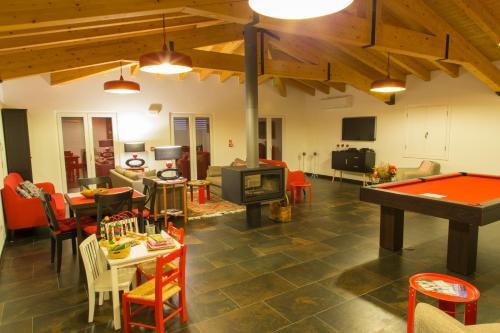 A billiards table at Monte da Ameixa Country House