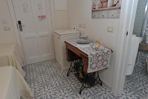 A kitchen or kitchenette at A casa di Nonna Bianca
