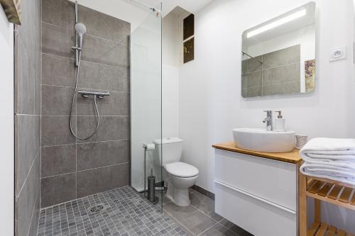 A bathroom at MISIRLOU -Superbe Studio dans la Vieille Ville