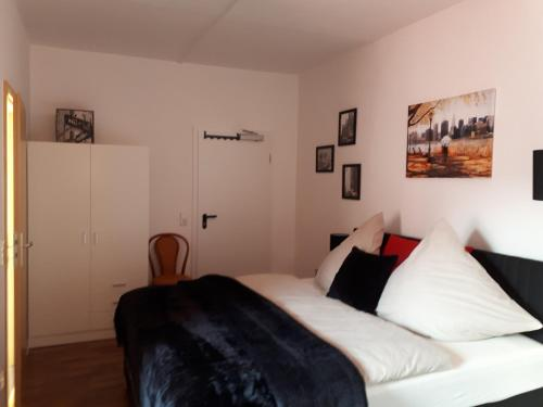 A bed or beds in a room at City Pension Zwickau