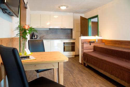 A kitchen or kitchenette at B&B Appartements Glungezer