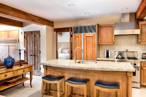 A kitchen or kitchenette at The Chateaux Deer Valley