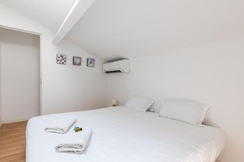 A bed or beds in a room at Le Grand Bleu- Superbe Maison avec Terrasse vue sur Mer