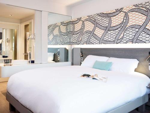 A bed or beds in a room at Novotel Cotonou Orisha