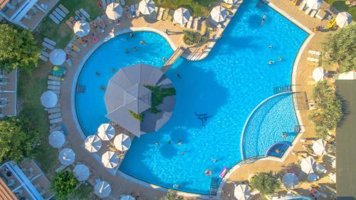 Widok na basen w obiekcie Lydia Maris Resort & Spa lub jego pobliżu