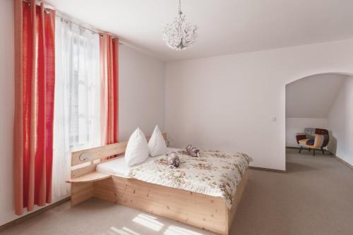 Ein Bett oder Betten in einem Zimmer der Unterkunft Gasthof Höhenrain