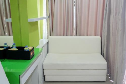 A seating area at Best Price Studio @ The Enviro Apartment By Travelio