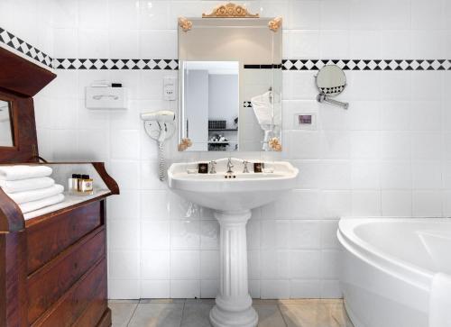 A bathroom at Domaine et Golf de Vaugouard - Younan Collection