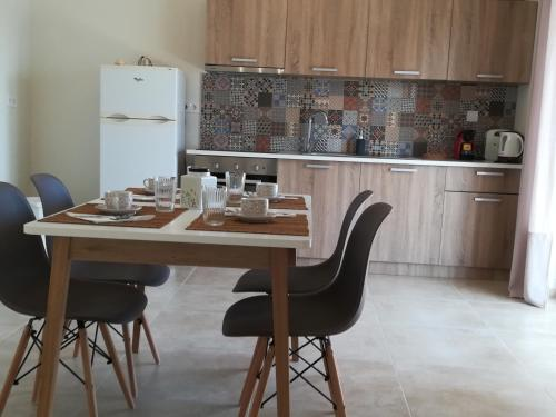 A kitchen or kitchenette at Comfortable Apartment Close to the Airport