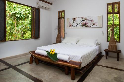 A bed or beds in a room at Pousada da Amendoeira