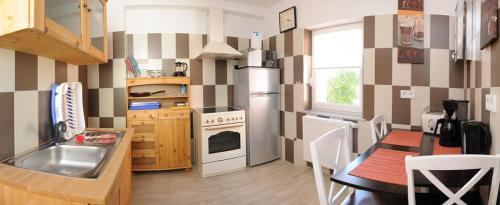 A kitchen or kitchenette at Pension Ausgeschlafen