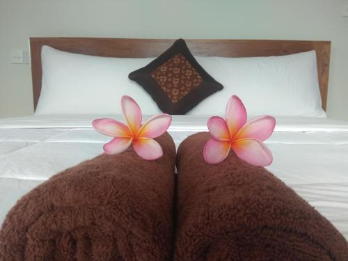 A bed or beds in a room at Soka Homestay