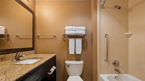 A bathroom at Best Western Plus College Park Hotel