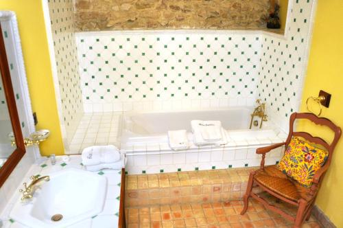 A bathroom at Chambres d'hôtes Château de Jonquières