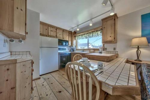A kitchen or kitchenette at Silver Maple Inn and The Cain House Country Suites