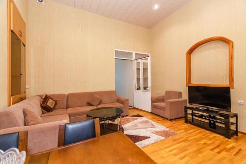 Uma área de estar em Three Rooms Apartment on Nizami Street