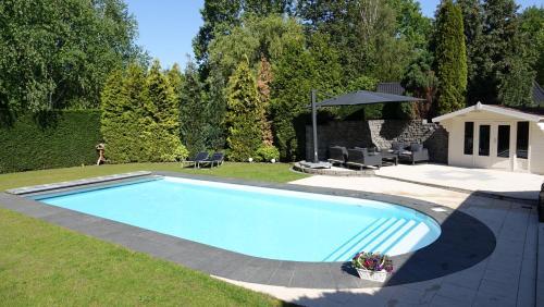 The swimming pool at or near B&B de Streek