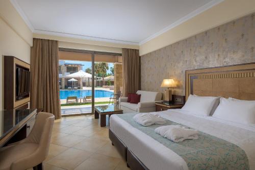 En eller flere senger på et rom på La Marquise Luxury Resort Complex