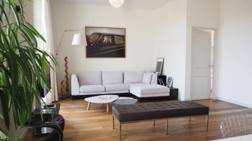 A seating area at Villa Yvonne - Maisons de Marseille