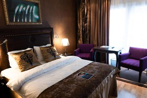 A bed or beds in a room at Clarion Collection Hotel Havnekontoret