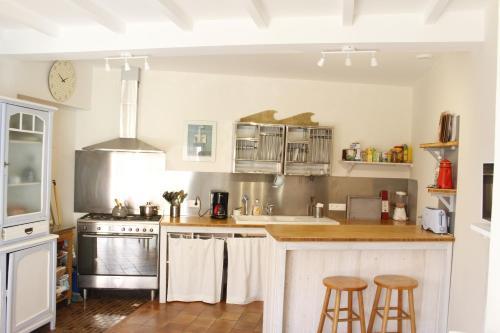A kitchen or kitchenette at La villa tamaris maison à partager