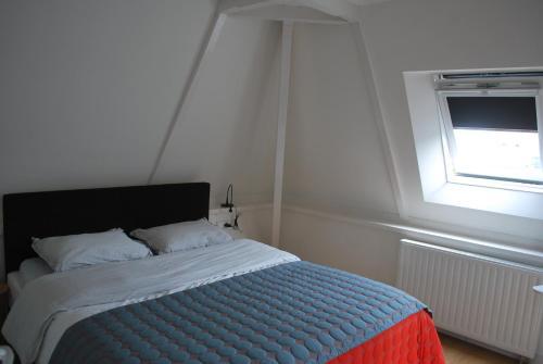 Een bed of bedden in een kamer bij Loft 6 kingsize apartment 2-4persons with great kitchen