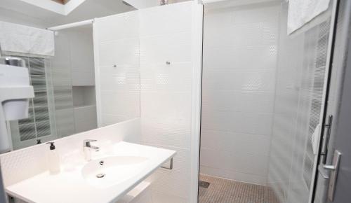 A bathroom at Privilège Hôtel & Apparts Eurociel Centre Comédie