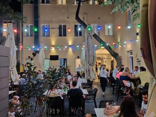 Un restaurante o sitio para comer en Downtown Boutique Hostel