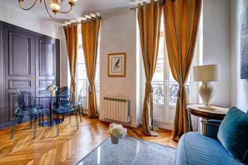 A seating area at Apartments Du Louvre - Le Marais