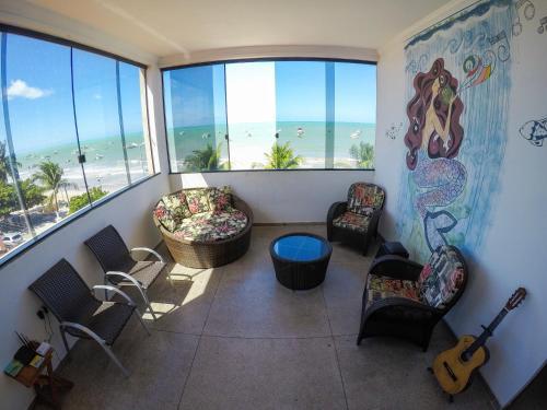Uma área de estar em Maraga Beach Hostel