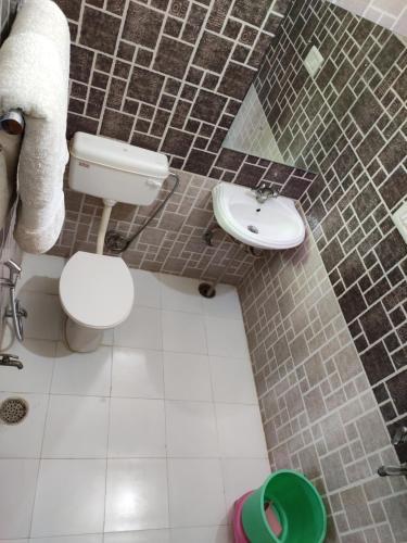 A bathroom at Hotel Tiger Haveli