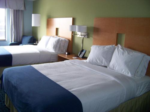 A bed or beds in a room at Holiday Inn Express Hotel & Suites Rock Springs Green River, an IHG Hotel