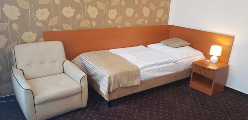 Un pat sau paturi într-o cameră la Novoměstský hotel