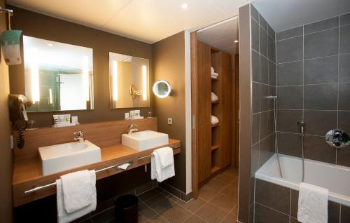 A bathroom at Mercure Hotel Den Haag Central