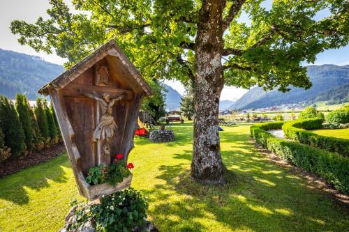 Ein Garten an der Unterkunft Hotel Garni Sonnhof