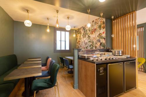 A restaurant or other place to eat at Hôtel 15 Montparnasse