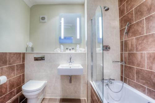 A bathroom at Mercure Stratford Upon Avon Shakespeare Hotel