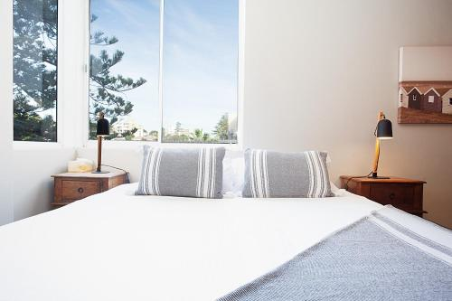 A bed or beds in a room at Sun Drenched Ocean View Apartment