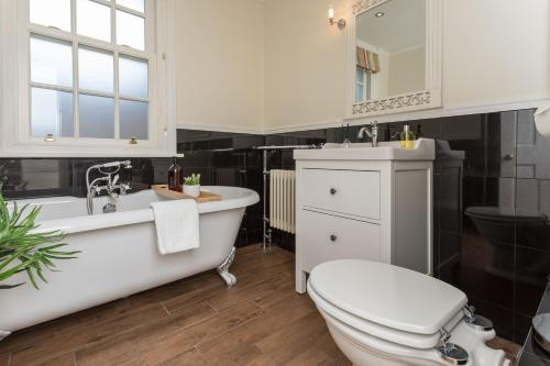 A bathroom at Chertsey house- Contractors & family - Free parking