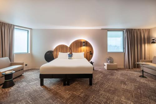 A bed or beds in a room at ibis Styles Paris Meteor Avenue d'Italie